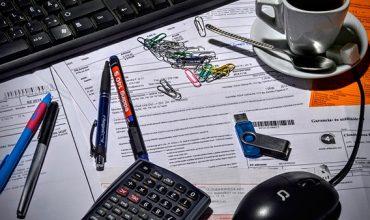 escritorio-impuestos-papeleo-oficina-cafe